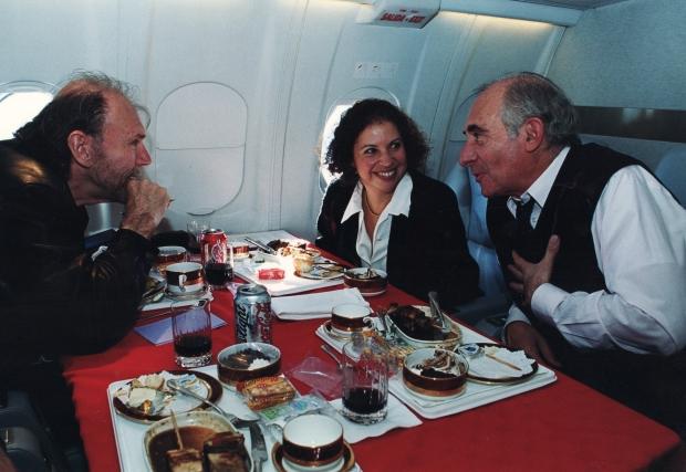 Richard Bach, Trini Vergara, Fernando de la Rúa volando a Entre Ríos en el Tango 01- 2000.jpg